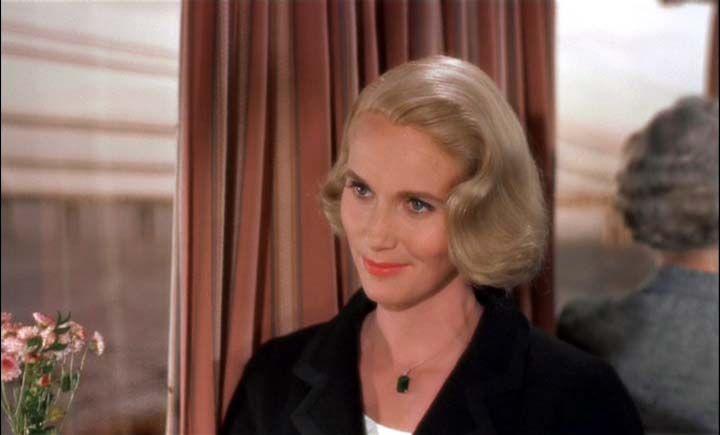 """Eva Marie Saint en North by Northwest, 1959. Según palabras de Hitchcock, """" Eva con el pelo corto tiene un aire más exótico que encaja perfectamente con el papel de Eva como una chica con glamour, la quise vestida como una mujer conservadora, lista, sencilla, sutil y tranquila"""","""