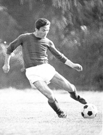 P.P. Pasolini jugando al fútbol (Ni loco me lo imaginaba).