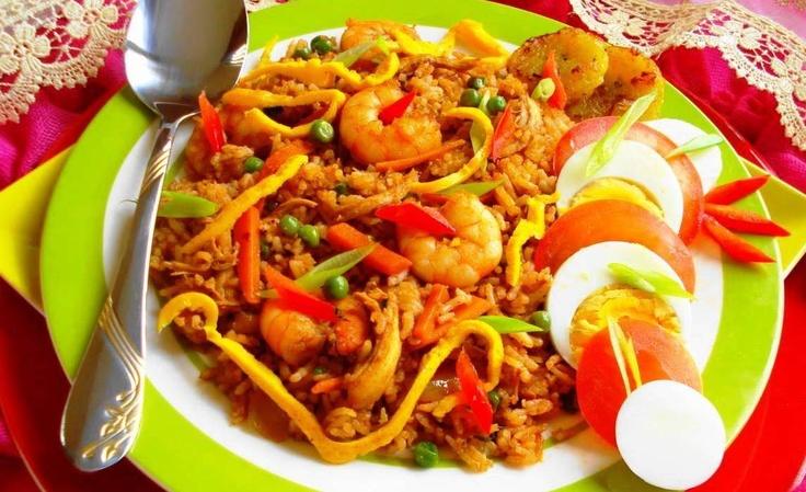 Nasi Speciaal (nasi met kip, garnalen en hardgekookte eieren)