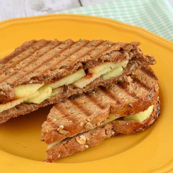 Je zou denken dat tosti's altijd hartig zijn, maar deze appel-kaneel tosti bewijst het tegendeel! Een heerlijke zoete tosti maakt een feestje van jouw lunch
