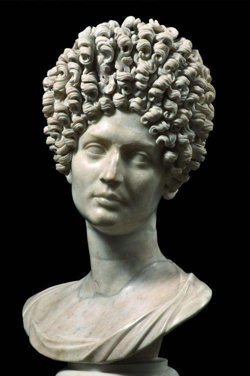 Escultura romana de una cabeza femenina II siglo d.C. Esta en Los Museos Capitolinos, Palazzo Nuovo, Roma.
