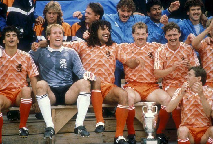 Vandaag precies 25 jaar geleden werd het Nederlands elftal Europees Kampioen in Duitsland. Dit is hoe die dag beleefd werd door rechtsback Berry van Aerle, die geen bijgeloof had, het shirt niet lelijk vond en gewoon altijd zijn best deed.