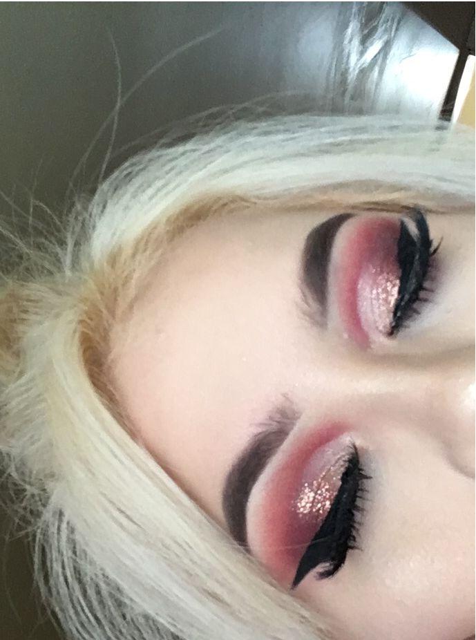 Anastasia Beverly Hills Modern Renaissance palette and Violet Voss Rosalind glitter. Pink glitter semi cut crease eyeshadow look, winged eyeliner
