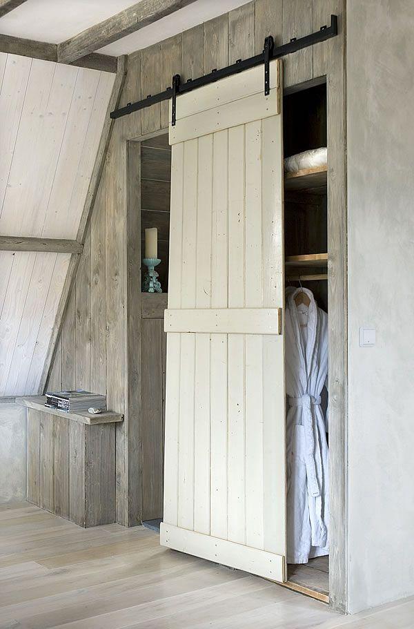 stoere schuifdeur voor onder een schuin dak op zolder