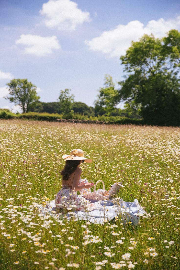 this would be a dream, but unfortunately I'm allergic to daisies. :( pictures nature Daylesford, Cotswolds - The Londoner Spring Aesthetic, Nature Aesthetic, Blue Aesthetic, Aesthetic Women, Aesthetic Gif, Aesthetic Backgrounds, Outdoor Pics, Photo Instagram, Dream Life