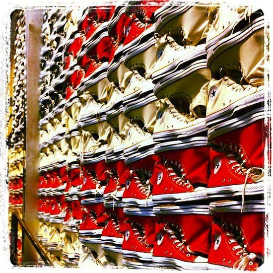 Boutique Converse, New York  Le paradis pour beaucoup moins cher qu'en France. Même chose pour les Vans, 45$ la paire environ dans les Outlets (magasins d'usine). Ca vaut vraiment le coup d'en ramener.