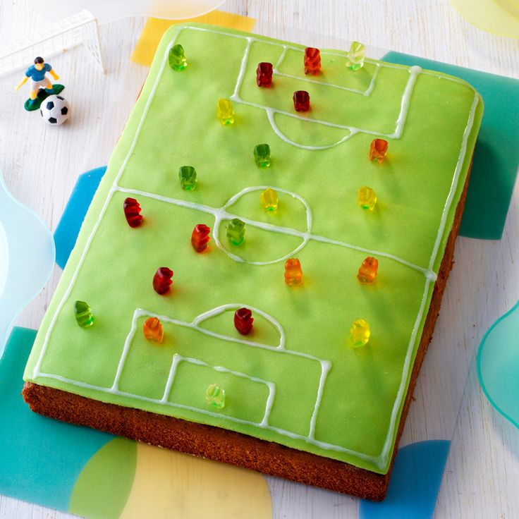Eine Geburtstagstorte im XL-Format und und viel Marzipan. Somit ideal für eine große Meute kleiner Fußball- und Marzipanfans.