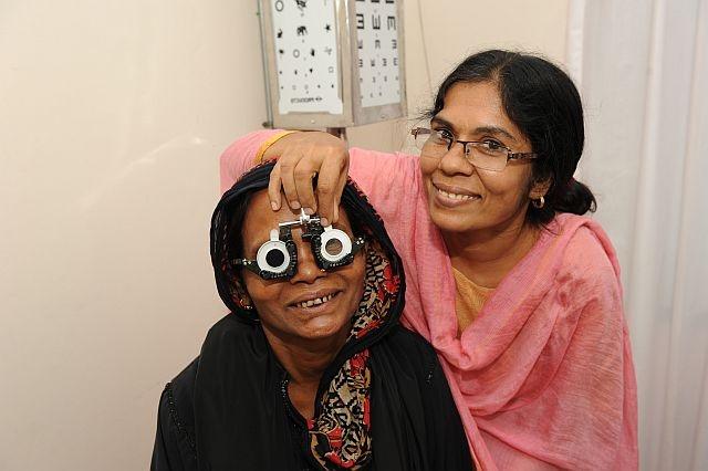 Visita oculistica al villaggio Slums in Bangladesh per proteggere gli occhi di bambini e adulti dal pericolo cecità.  http://www.sightsavers.it/il_nostro_lavoro/le_persone_che_avete_aiutato/19509.html
