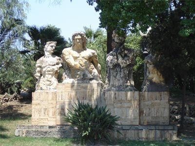 Nata come Orto Botanico, la Villa Comunale di Reggio Calabria, fu realizzata per iniziativa della Società Economica e Comizio Agrario che acquistò nel 1850, l'area. Al suo interno, nel 1880 venne realizzata una struttura in stile neoclassico che ospitava l'Osservatorio Metereologico e Geodinamico