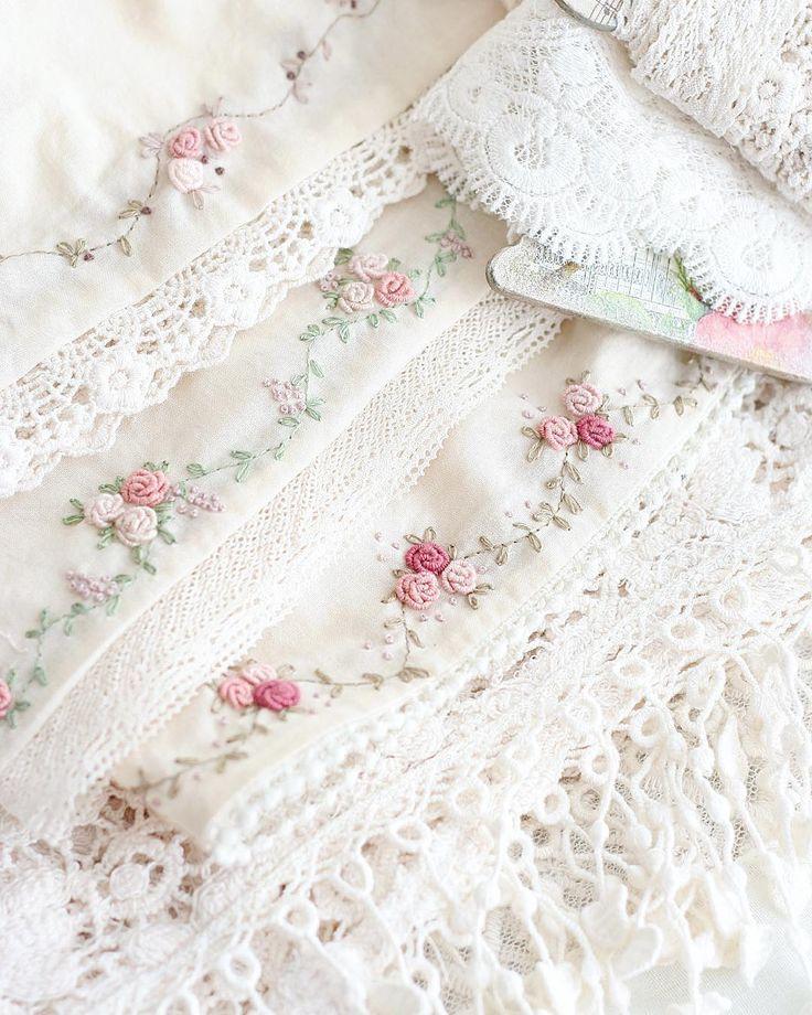 Ах, что значит Солнце для людей! Еще вчера я была без энтузиазма, сонная и ноющая мужу в ухо, что совсем ничего не могу делать... А сегодня, когда весь день яркое солнце, у меня аж руки дрожат, так хочется шить-вышивать) Эти цветочные гирлянды украшают нижние юбочки будущих куколок... #вышивка #embroidery #embroideryart #embroideryartist #рукоделие #krestik_i_kanva #broderie #crostitchlove #tilda #bordado #рококо