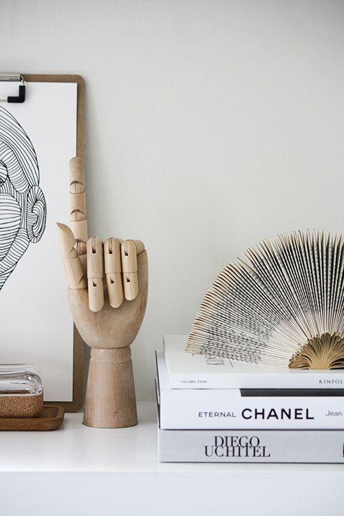 Accesorios Primas: Mano articulada de madera y libro plegado.