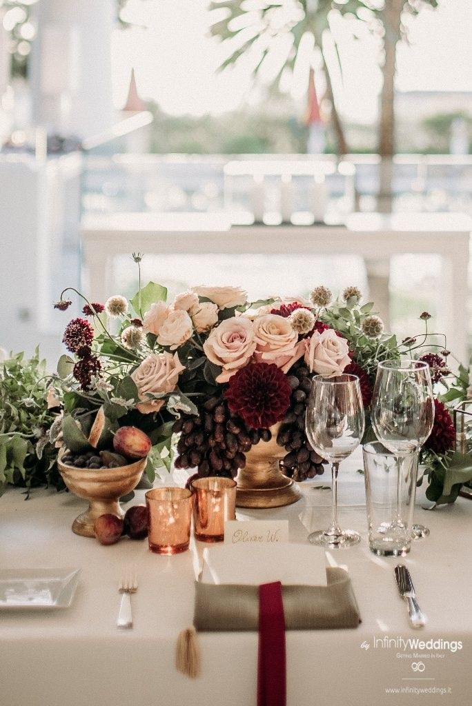 Capri, the famous & glam Italian island, is the perfect frame for an unforgettable Destination Wedding! #capri #destinationwedding #weddingplanner #weddinginitaly #weddingflowers #burgundy #burgundywedding #bohodecor #blushandburgundy #blush