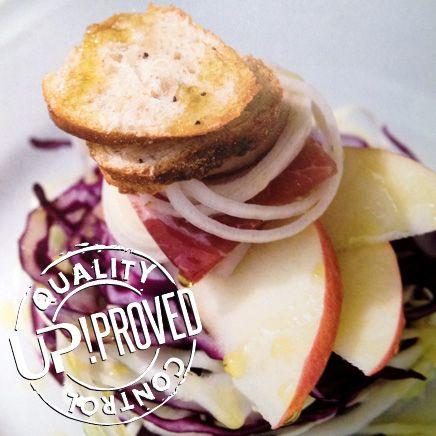 La ricetta di UP: Insalata di cavolo cappuccio, mele, cipollotti, e speck