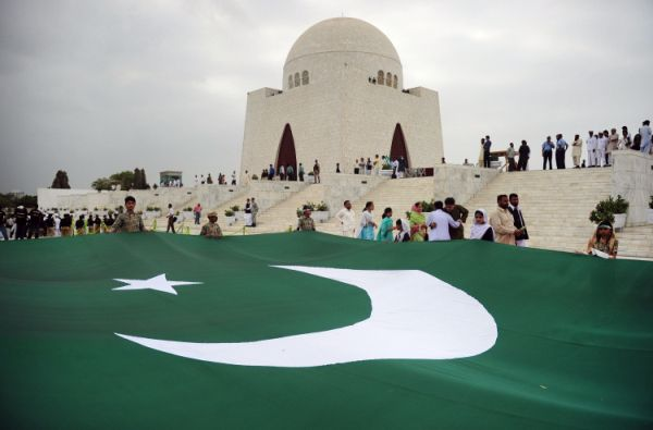 Pakistani students carry a giant national flag at the mausoleum of the founder of Pakistan Muhammad Ali Jinnah during a ceremony to mark the country's Independence Day in Karachi on August 14, 2012.National Flags, Pakistan Zindabad, Muhammad Ali, Giants National, Misunderstood Pakistan, Ali Jinnah, Flags Innovation, Pakistani Student, Independence Day