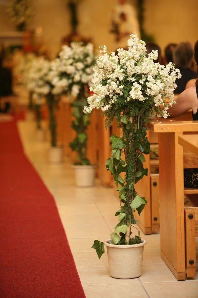 Con estos arbolitos en el pasillo que combinan con la decoración del altar tus invitados quedaran impresionados desde el principio.