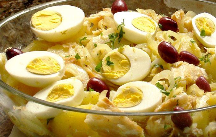 Já virou tradição e a receita de bacalhau à Gomes de Sá já é uma receita bem tradicional aqui em casa no natal. Receita de Bacalhau à Gomes de Sá