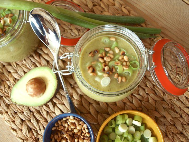 Dit vegan soep recept heb je zo gemaakt: vol courgette en broccoli en de smaak heeft wel iets curry achtigs door kurkuma, komijn en kerrie.