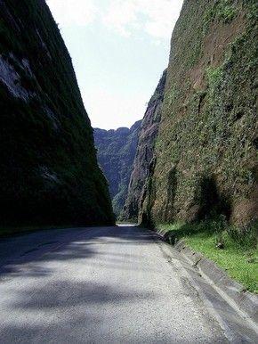 Paredões de pedra com cerca de 90m de altura cortam a estrada (Foto: Graxaim Turismo/Divulgação)