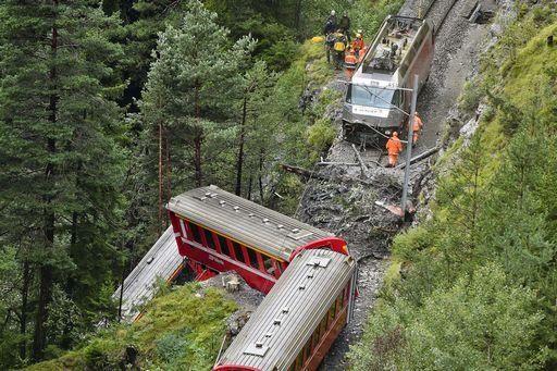 Treno in Svizzera finisce in precipizio, 11 feriti, 5 sono gravi - Yahoo Notizie Italia