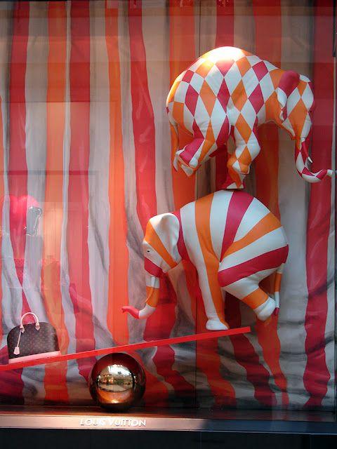 "Louis Vuitton ""Circus"". Super original este escaparate Imagen ambiental"