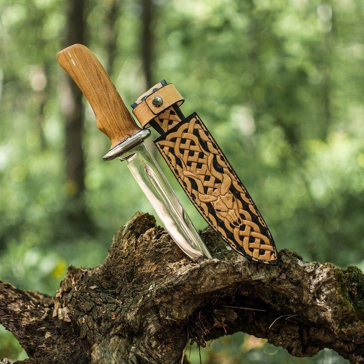 """Друзья, а есть ли среди нас любители ножей и охоты? Специально для вас у меня есть интересное предложение. """"Переобую"""" ваших красавцев в шикарные кожаные ножны с тиснением.  И чтобы не быть голословным: Ножны """"Кельтский охотник""""  #DearDeer все ножны тут #ножны_DearDeer _________________________ #ножны #натуральнаякожа #ручнаяработа #хэндмэйд #нож #назаказ #спб #москва #саратов #викинги #охота #оружие #изделияизкожи #тиснение #фото #инстаграмдня #instadaily #handmade #leather #leathergood…"""