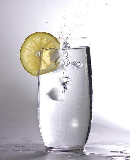 Acqua, zenzero e limone per ricaricarci di energia e rimanere in salute