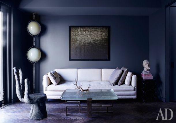 Фрагмент гостевой спальни. Здесь, как и во всем доме, обстановку составляют дизайнерские предметы интерьера и искусство, собранные хозяином.