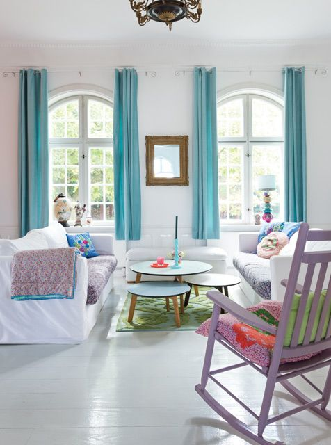 Rice Dinamarca: un recorrido por la casa en Odense de Charlotte Hedeman, fundadora de la marca de diseño danesa. Aquí, el living en turquesa y lila con pisos y paredes blancas. Foto: Daniel Karp