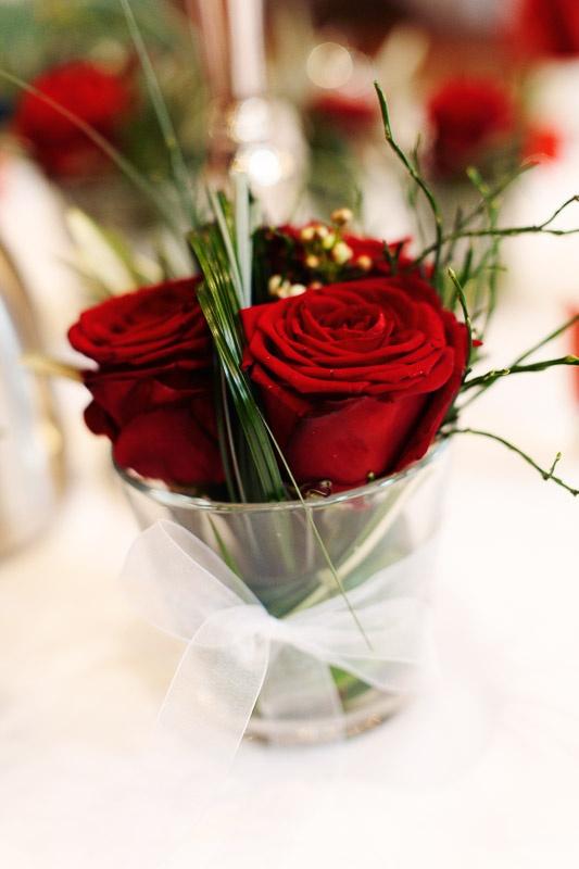 Rote Rosen als Tischdeko
