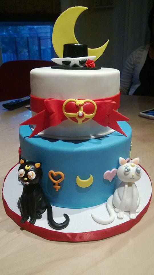 Sailor moon cake ( Luna and Artemis look a bit freaky, but still beautiful concept.)