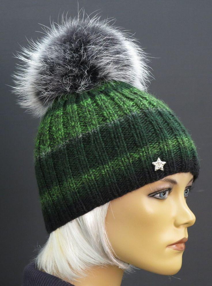 Tmavě zelená ručně pletená čepice zdobená luxusní kožešinovou bambulí z mývalovce - od Špongr.