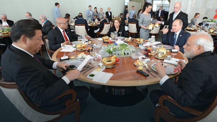 Posiłek przywódców BRICS. Putin (drugi z prawej) niepewnie spogląda na Xi (pierwszy z lewej) , fot. kremlin.ru
