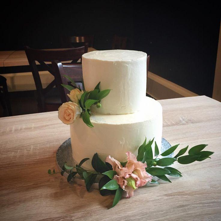 """51 kedvelés, 2 hozzászólás – Fanni Bisztriczky (@bfanni) Instagram-hozzászólása: """"Minden napra egy esküvői torta !💍🍰💒🍾 #loveisintheair ♥️ . . . #menyasszonyitorta #esküvő…"""""""