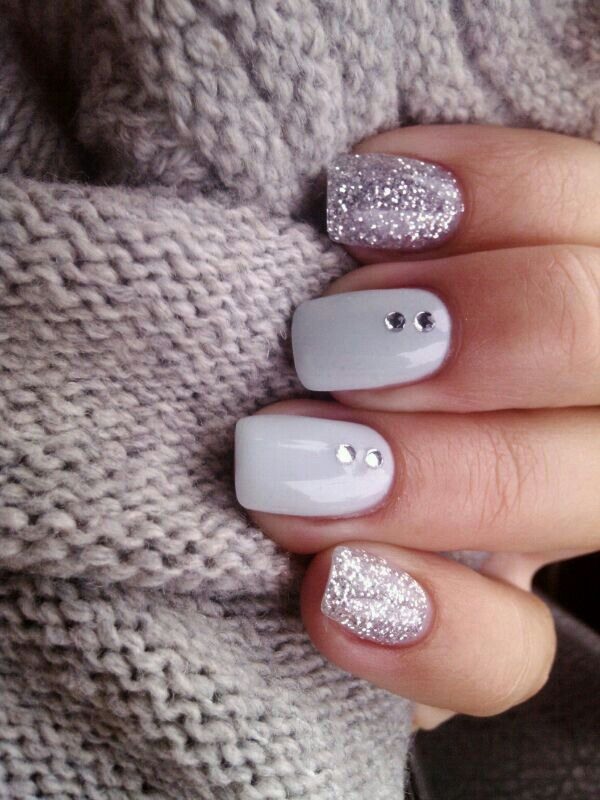 diseños de arte para uñas en blanco, plateado y glitter con rhinestones