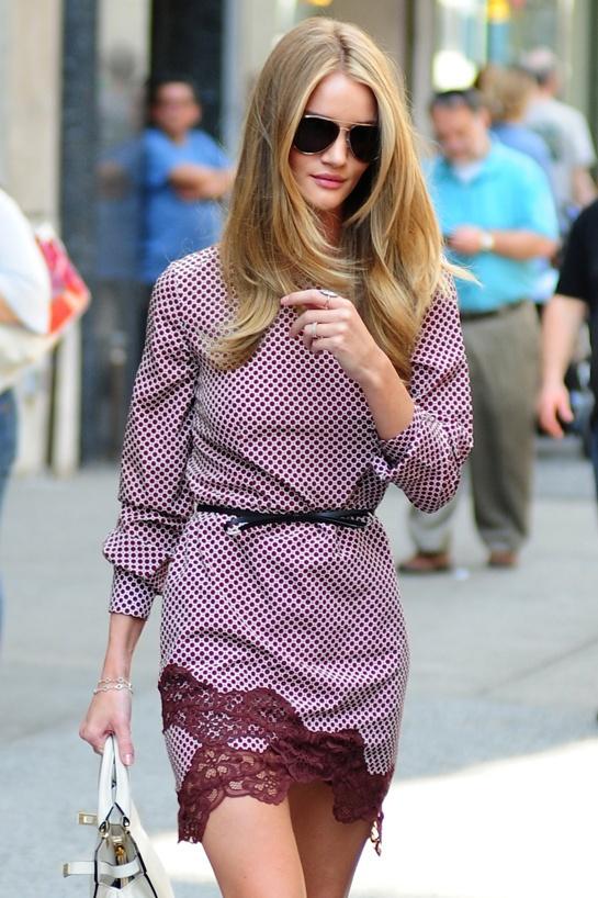 """Aperçu dans les rues de New York, le mannequin portait la robe """"Portman"""" de la collection printemps-été 2012 Stella McCartney."""