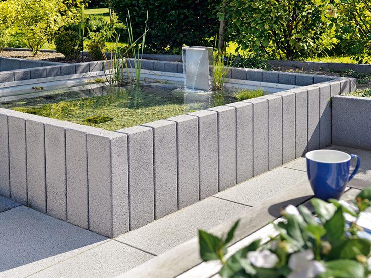 Hochbecken im Quadrat: Dieses rechtwinkelige Wasserbecken wird von Vianova Betonwerkstein-Palisaden eingefasst. Ausgeschlagen ist der Behälter mit Teichfolie, helle Kieselsteine bedecken den Grund. www.kann.de
