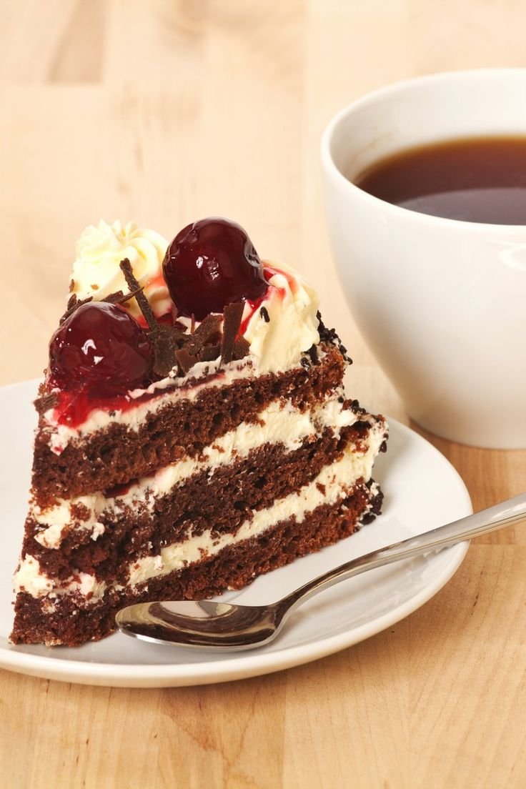 petits changements: moins de sucre dans le mélange pour gâteau et mélange pour cerises; pas de 'cornstarch' dans mélange de cérises mais cuisson est plus longue; 1 tasse de moins de crème fouettée; 1 gâteau seulement cuit et divisé en 2; décorer avec copeaux de chocolat! yumm!