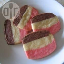 Schoko Vanille Shortbread / Dieses Shortbread sieht besonders schön aus, weil es gestreift ist - braun, weiß und rosa. Und schmecken tut es auch lecker!@ de.allrecipes.com