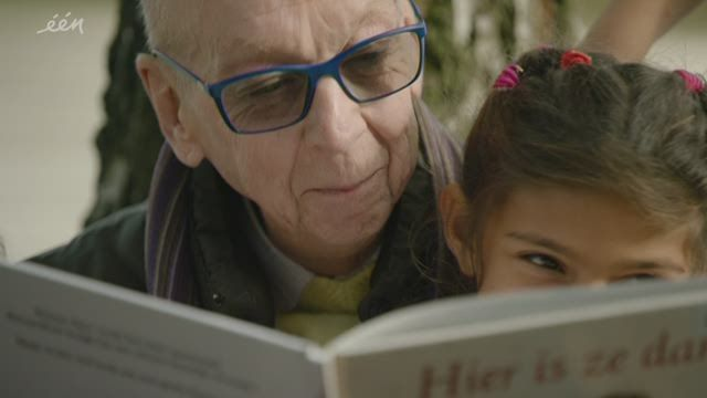 deredactie.be video: Guido (59) leest voor aan Romakinderen