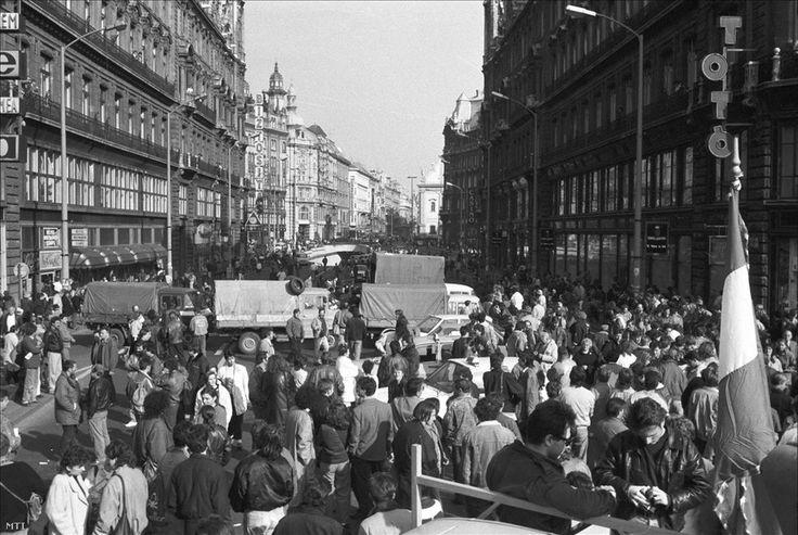 Tüntetők a lezárt az Erzsébet híd pesti hídfőjénél, 1990. október 26. 1990-ben havi 13 446 forint volt az 5,1 millió alkalmazottként dolgozó magyar átlagkeresete. A blokádot kiváltó októberi kormánydöntés előtt 36 forint volt az ólommentes benzin literenkénti ára, vagyis a havi bruttóból 373,5 liter benzinre futotta volna, amiből egy 10-11 literes átlagfogyasztású Ladával eljuthattak volna Moszkvába, és visszafelé nagyjából Kijevig. A tervezett áremelés után literenként 61 forintos áron már…