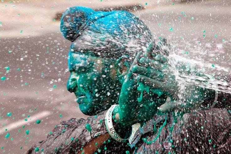 Při festivalu barev se používají také vodní pistole a balónky naplněné barvou.