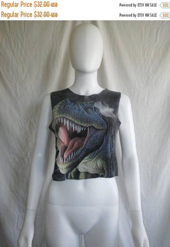 Chemisier de dinosaure crop top t  Mensurations: 34 buste, 17 de longueur  Condition: Bon recadrée et les bras et le cou cut off/out  Coton