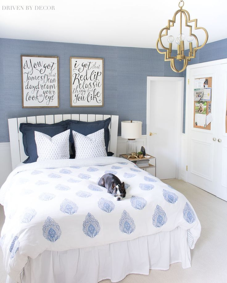 Love the blue and white color scheme for this bedroom with block print duvet, grasscloth wallpaper, Taylor Swift art prints, and gold quatrefoil pendant! #bedroom #bedrooms #blueandwhite #grasscloth #pendant