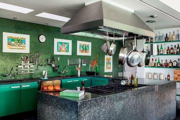 Na cozinha do chef dinamarquês Simon Lau, o tom de verde das pastilhas não foram uma escolha aleatória. Eles remetem à água, que brilha em volta da sua casa do Cerrado. Outra versão da cor aparece também nos armários. O ambiente superequipado serve ao seu restaurante, mas, para os encontros mais informais com os amigos, é também o palco para o chef.