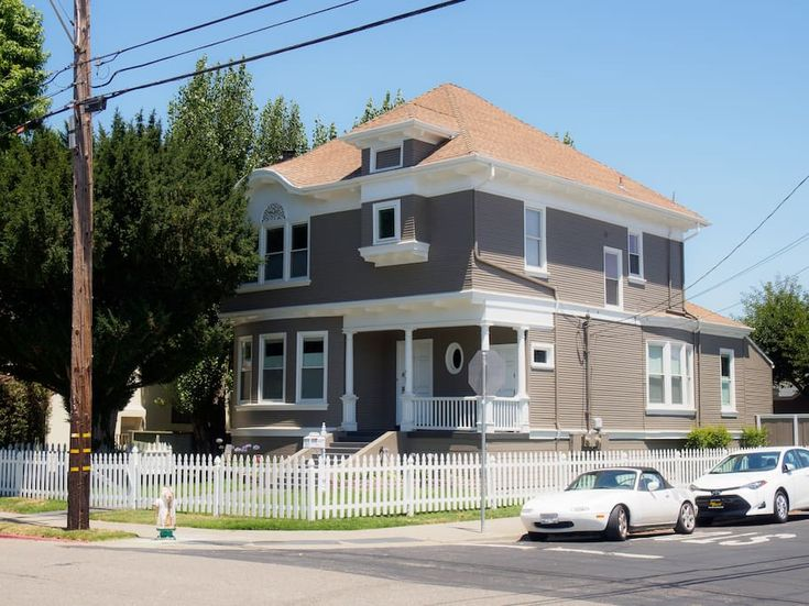 Entire home/flat in Alameda, United States. This gorgeous 2 bedroom 1 bathroom is in the heart of Alameda. Easy walk to Alameda beach, South Shore shopping center, and Park Street restaurants. A short drive to the ferry stop that goes to San Francisco! Quiet street. Accommodates up to 6 peo...