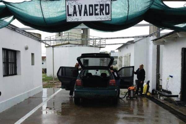 Internas trabajan en un lavadero de auto en cárcel de Magdalena