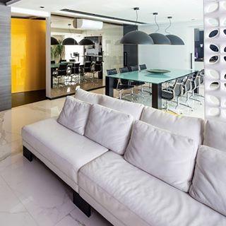 Cozinha preta, branca e bronze com acabamentos modernos e horta - linda!