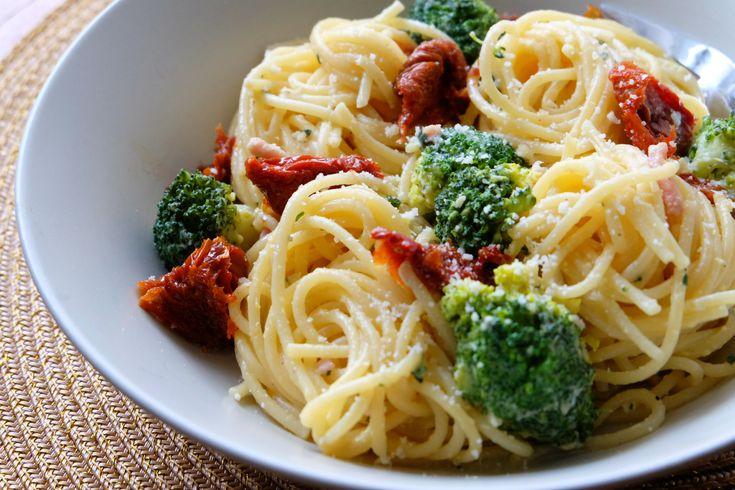 Une recette de spaghetti avec les restes du frigo : au brocolis et aux tomates séchées ! SIMPLE et DELICIEUX !