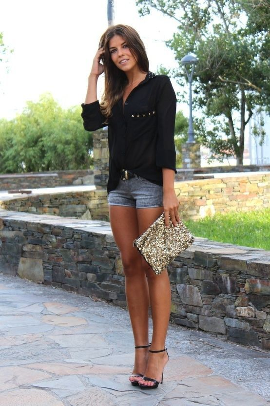 schwarze Bluse mit Knöpfen, graue Jeansshorts, schwarze Leder Sandaletten, goldene Paillette Clutch für Damen
