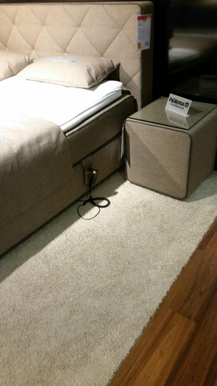 Boxspringbett und Nachtkonsole